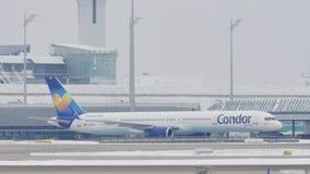 Cóndor que hace el taxi en el aeropuerto de Munich, nieve almacen de video
