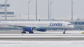 Cóndor que hace el taxi en el aeropuerto de Munich, nieve almacen de metraje de vídeo