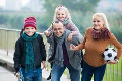 Cónyuges con los niños que presentan en parque del otoño Fotos de archivo