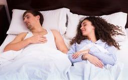Cónyuges jovenes que duermen firmemente en cama Foto de archivo libre de regalías