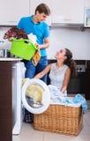 Cónyuges que hacen el lavadero regular Imagen de archivo