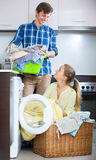 Cónyuges que hacen el lavadero regular Fotografía de archivo libre de regalías