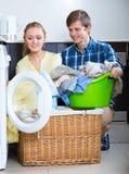 Cónyuges que hacen el lavadero regular Fotos de archivo