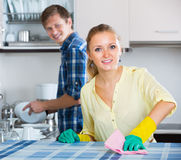 Cónyuges que hacen el quehacer doméstico y el pulido regulares Fotos de archivo libres de regalías