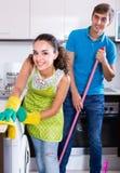 Cónyuges que hacen limpieza y el pulido regulares Imagen de archivo libre de regalías