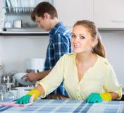 Cónyuges que hacen limpieza y el pulido regulares Foto de archivo