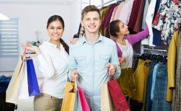 Cónyuges que llevan bolsos en boutique Imagen de archivo