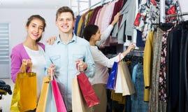 Cónyuges que llevan bolsos en boutique Fotos de archivo