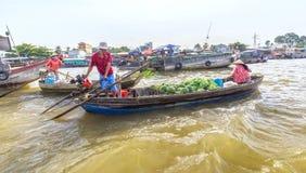Cónyuges que llevan la sandía en el comercio del río Fotografía de archivo