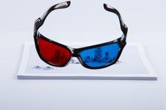 cópia 3D: Vidros azuis vermelhos e parafusos impressos Foto de Stock