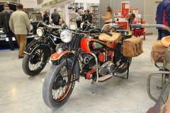 Cópia da exposição da motocicleta velha que descreve um indiano em um tanque de gás A exposição dos carros em Moscou 2008 anos Fotografia de Stock Royalty Free