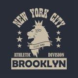 Cópia da tipografia de New York City, Brooklyn com leão Roupa do projeto, sportswear, t-shirt Vetor ilustração do vetor