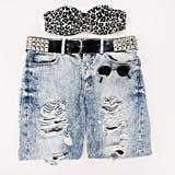 A cópia do leopardo do sutiã combinou com a calças de ganga do vintage e o vintage g Fotografia de Stock