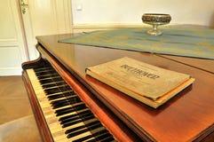 ? cópia velha musical da notação?? próxima acima da música de folha com iluminação morna fotografia de stock royalty free