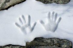 Cópias da mão na neve Fotos de Stock