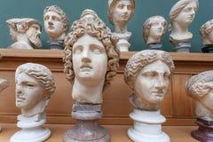 Cópias de mármore das caras e das cabeças de deuses e de imperadores romanos antigos na prateleira Memórias aproximadamente human foto de stock royalty free