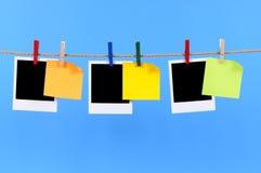 Cópias vazias da foto e notas pegajosas em uma corda Foto de Stock
