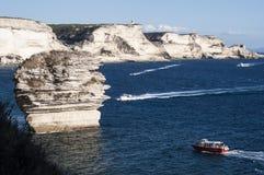 Córcega, Bonifacio, estrecho de Bonifacio, playa, mar Mediterráneo, piedra caliza, acantilado, rocas, Bouches de Bonifacio imagen de archivo