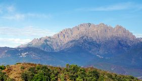 Córcega, picos de las montañas de Popolasca Imagen de archivo libre de regalías