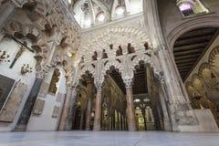 CÓRDOBA - ESPAÑA - 10 DE JUNIO DE 2016: Pilares Mezquita Córdoba de los arcos Imágenes de archivo libres de regalías