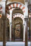 CÓRDOBA - ESPAÑA - 10 DE JUNIO DE 2016: Pilares Mezquita Córdoba de los arcos Foto de archivo