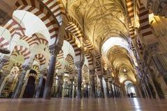 CÓRDOBA - ESPAÑA - 10 DE JUNIO DE 2016: Pilares Mezquita Córdoba de los arcos Fotos de archivo libres de regalías