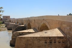 Córdoba, puente romano El gran interior famoso de la mezquita o de Mezquita en Córdoba, España imagenes de archivo