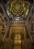 CÓRDOVA, ESPANHA - abril, 18, 2012: Interior de Mezquita-Catedral Imagem de Stock Royalty Free