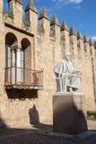 Córdova - a estátua do filósofo árabe medieval Averroes por Pablo Yusti Conejo (1967) e pelas paredes medievais Imagens de Stock