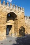 Córdova - paredes medievais da cidade na luz da noite e na porta de Puerta del Almodovar Imagens de Stock