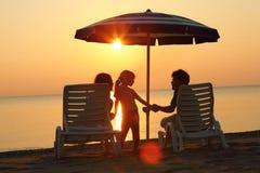 córek plażowe ręki siedzą chwyt paren Obrazy Royalty Free