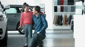 Córek trys jechać samochód Tata opowiada z daudhter blisko nowego samochodu zdjęcie wideo