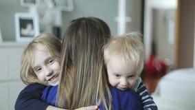 Córka śpieszy się w macierzystego ` s i młodszy brat zbroi w domu i daje ona dużemu uściśnięciu zdjęcie wideo