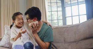 Córka daje prezenta pudełku ojciec w żywym pokoju 4k zdjęcie wideo