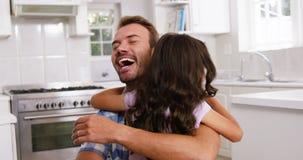Córka daje uściśnięciu jej szczęśliwy ojciec zdjęcie wideo