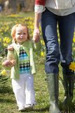 córka dekorująca Easter jajek matka Obraz Royalty Free