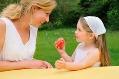 córka Easter ma czas macierzystych potomstwa Obraz Royalty Free