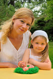 córka Easter ma czas macierzystych potomstwa Zdjęcie Royalty Free