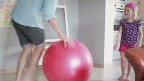 Córka i jej ojciec bawić się z gym szybko się zwiększać w ich żywym pokoju zdjęcie wideo