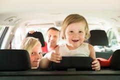 Córka i jej rodzina podróżuje samochodem Zdjęcia Royalty Free