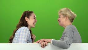 Córka i mama opowiada na opowiadać na różnorodnych tematach zielony ekran Boczny widok zdjęcie wideo
