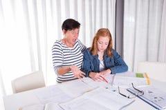 Córka i matka jesteśmy nieświadomi co do pracy domowej Obraz Stock
