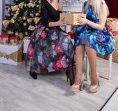 Córka i matka obok christmass drzewnych obraz stock