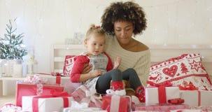 Córka i matka w łóżku z Bożenarodzeniowymi prezentami zbiory wideo