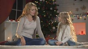 Córka mówi mam boże narodzenia życzy czekający Święty Mikołaj, zima wakacje magia zbiory wideo