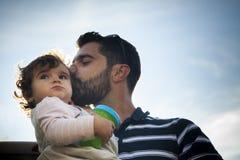 córka ojciec jego całowanie Obrazy Stock