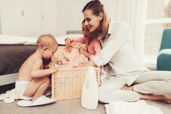 Córka Pomaga matki Z gospodarstwo domowe obowiązek domowy obraz stock