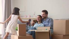 Córka pomaga rodzice pakują należenie rodzinnego ruch nowy dom zbiory