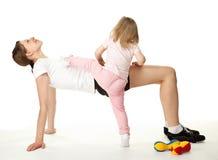córka robi ćwiczeń matki sportowi Zdjęcie Royalty Free