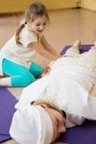 Córka robi mamy córki masażowi przy gym Zdjęcia Royalty Free
